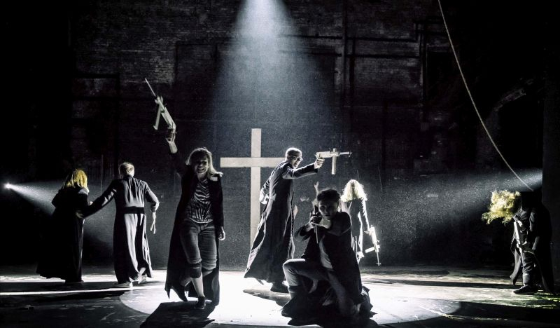 """Scena iš """"Teatr Powszechny"""" spektaklio """"Prakeiksmas"""". Magdos Hueckel nuotrauka iš powszechny.com"""