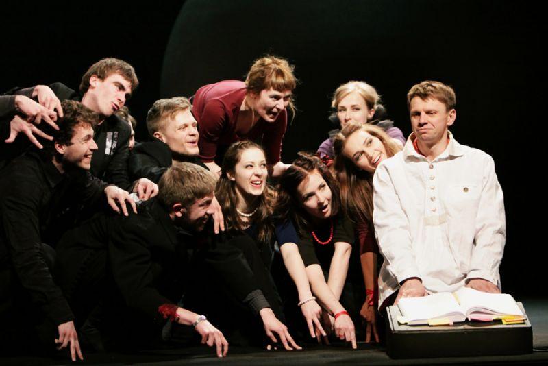 """Rolandas Kazlas ir jaunieji aktoriai  Eimunto Nekrošiaus spektaklyje """"Dieviškoji komedija"""". Kamilės Žičkytės nuotrauka"""