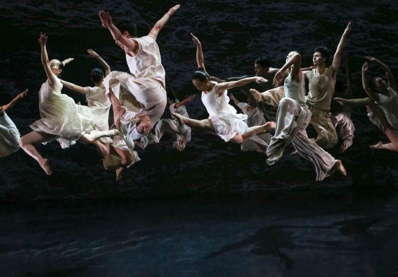"""""""Cloud Gate"""" šokio teatro iš Taivano spektaklis """"Baltas vanduo"""". Liu Chen-hsiang nuotrauka"""