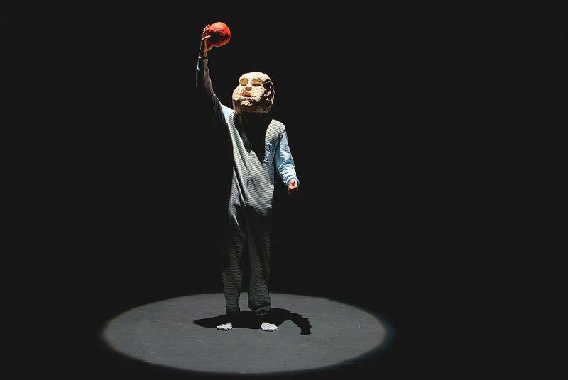 """Scena iš spektaklio """"Vaikystė"""". Menų spaustuvės archyvo nuotrauka"""