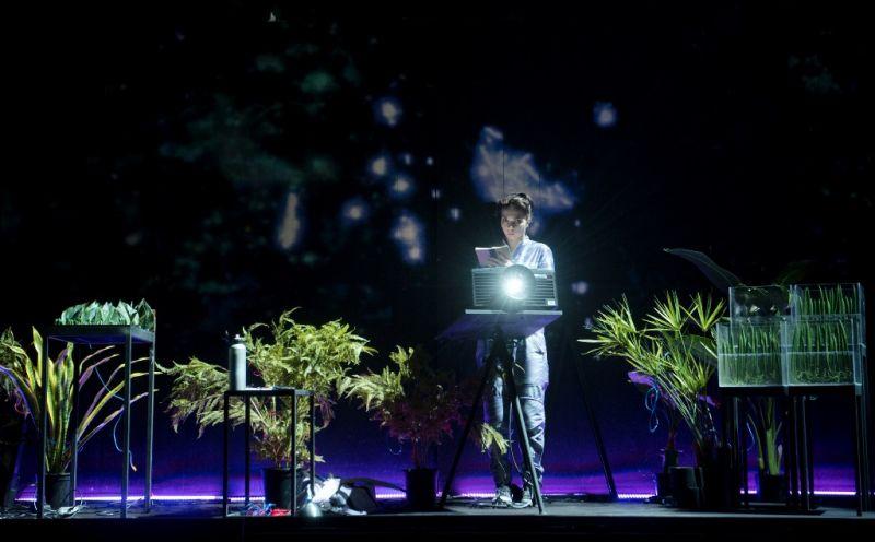 """Scena iš spektaklio """"Kosmosas +"""". Dmitrijaus Matvejevo nuotrauka"""
