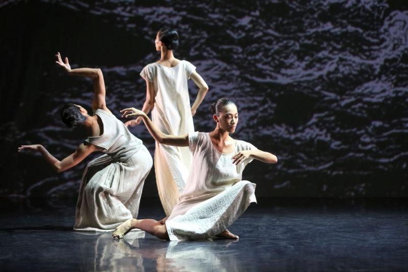 """""""Baltas vanduo"""" yra Lin Hwai-mino choreografinių darbų brangakmenis.  Liu Chen-hsiang nuotrauka"""