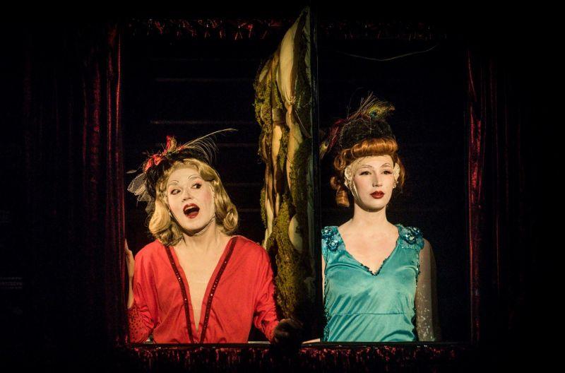 "Belgės Anne-Laure Lamarque ir Emilie Maquest spektaklyje ""Roubignoles"". Dmitrijaus Matvejevo nuotrauka"