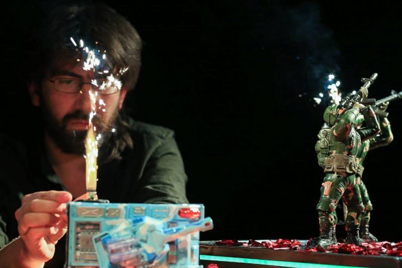 """Arielis Doronas ir plastikinių karo žaislų šokis spektaklyje """"Plastikiniai herojai"""", rež. A. Doron, Izraelis. Donato Bielkausko nuotrauka"""
