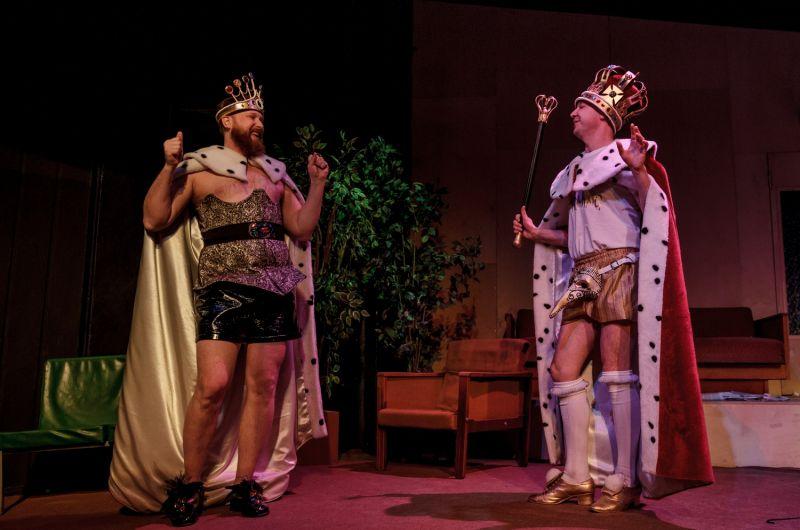 """Scena iš spektaklio """"Kasykla"""". Karalienė (Paulius Ignatavičius) ir Karalius (Aurimas Žvinys). Tado Povilonio nuotrauka"""