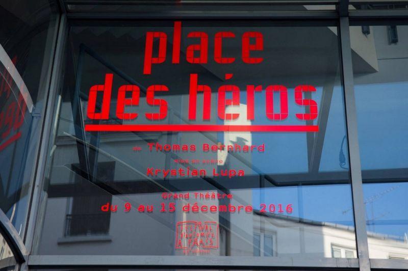 Spektaklio reklama Paryžiuje. LNDT archyvo nuotrauka