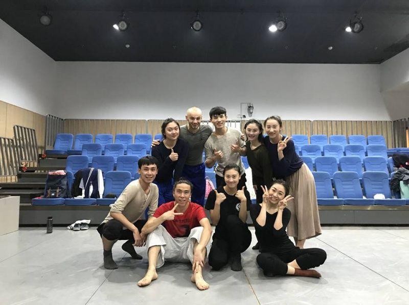 Marius Pinigis  ir jo mokiniai Pekino šokio akademijoje. Rengėjų archyvo nuotrauka