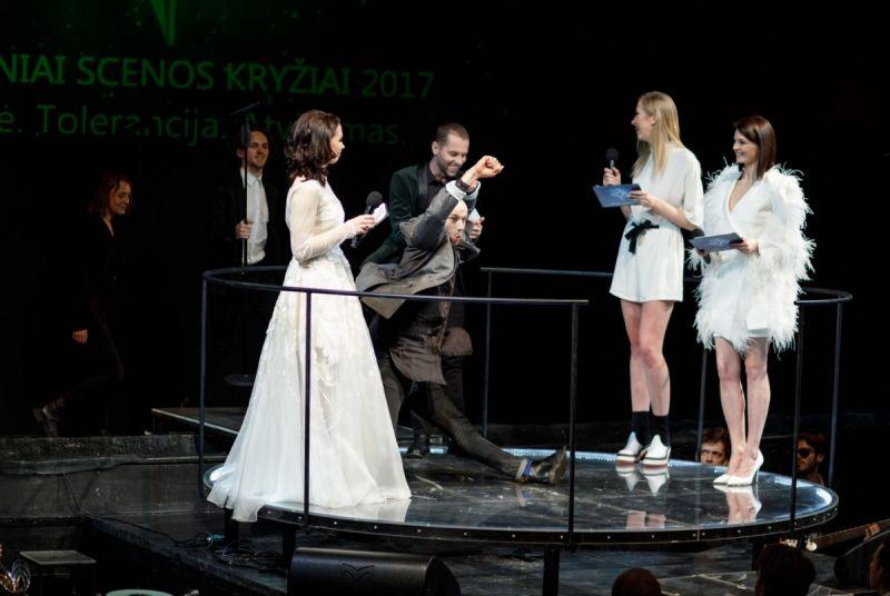 Auksinių scenos kryžių teikimo ceremonija (2018) už 2017 m. kūrybą. Vakaro vedėjų trio. Donato Stankevičiaus nuotrauka