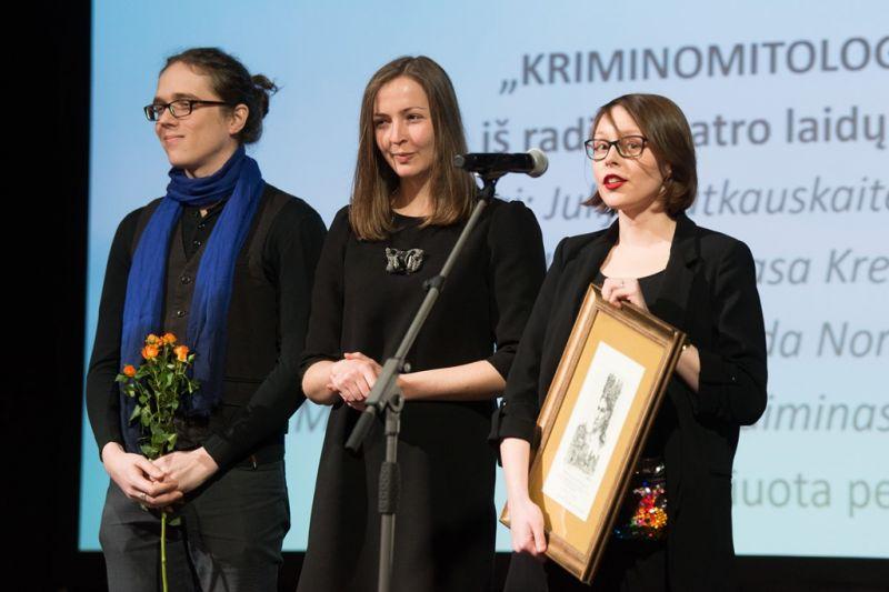 """Radijo spektaklio """"Kriminomitologija"""" kūrėjos atsiima apdovanojimą. Vyginto Skaraičio (LRT) nuotrauka"""