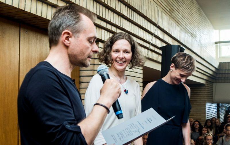 Teatro kritikas Vaidas Jauniškis skelbia, kad pirmąją Vitos Mozūraitės premijos laureate tampa šokio pedagogė Lina Puodžiukaitė-Lanauskienė; greta - festivalio vadovė Gintarė Masteikaitė. Dmitrijaus Matvejevo nuotrauka