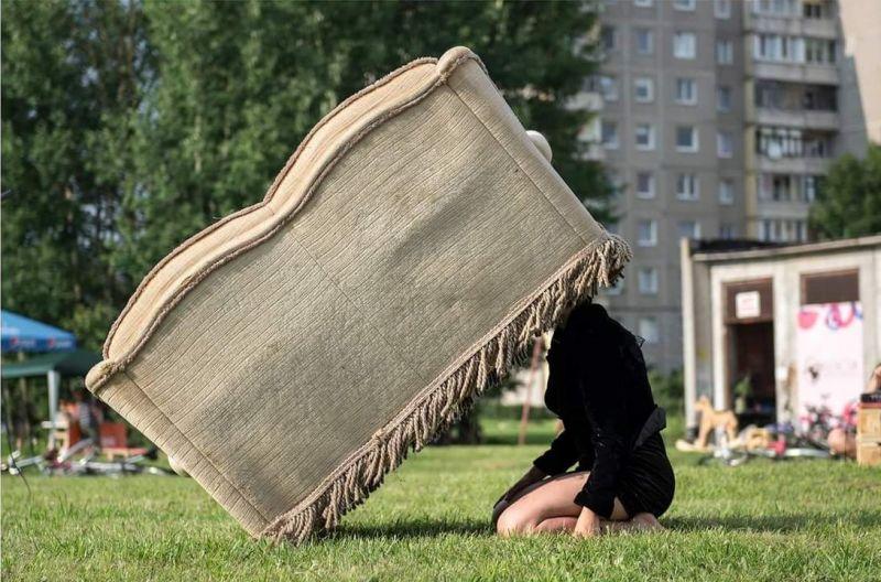 """Marija Baranauskaitė pasirodo sofoms festivalyje """"Cirkuliacija"""". Donato Ališausko nuotrauka"""