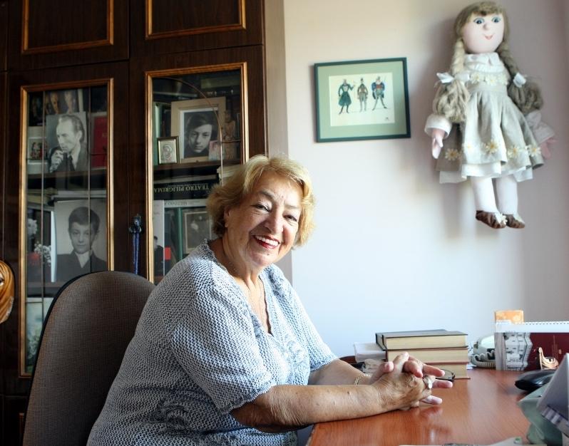"""Profesorė Irena Aleksaitė savo """"darbo kabinete"""" - prie savo rašomojo stalo. Ramūno Danisevičiaus (""""Lietuvos rytas"""") nuotrauka"""