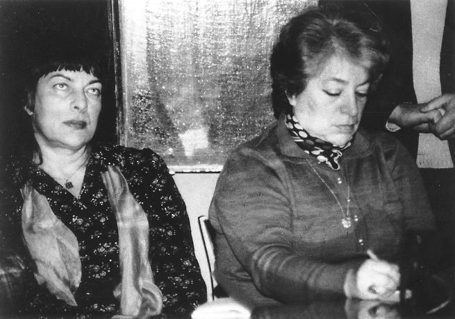 Audronė ir Irena. Pedagoginiame institute pas Irenos Veisaitės ir Dovydo Judelevičiaus studentus. Apie 1982. Onos Pajedaitės nuotrauka
